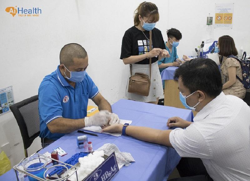 Khách hàng được các bác sĩ BV Chợ Rẫy kiểm tra sức khỏe trước khi hiến máu
