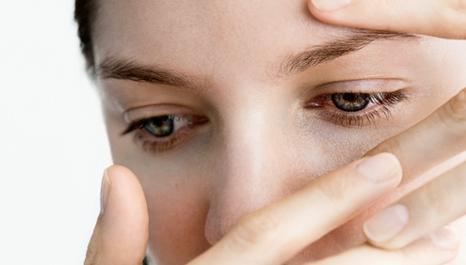 Kính áp tròng một trong các nguyên nhân gây khô mắt