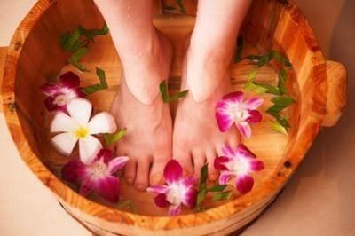Ngâm chân bằng nước ấm giúp dễ ngủ hơn.