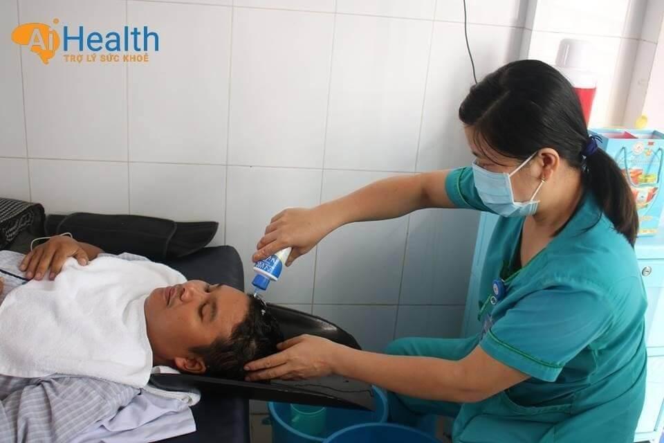 Hỗ trợ bệnh nhân trong công việc vệ sinh cá nhân hàng ngày.