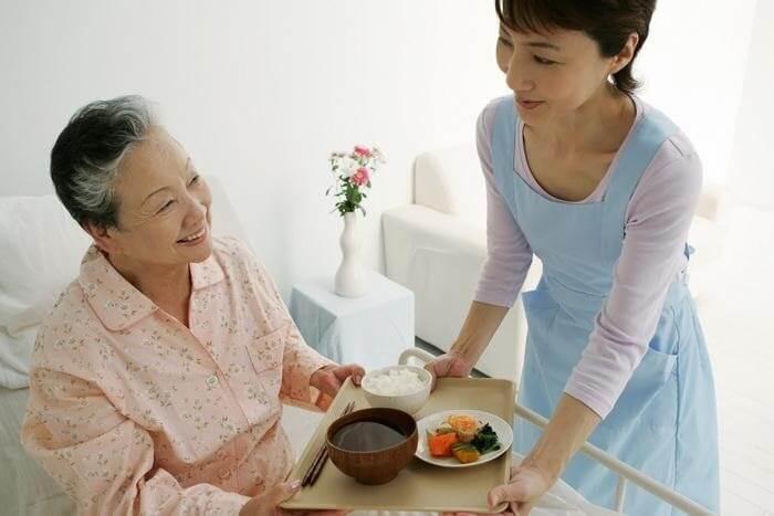 Bầu bạn và chăm sóc sức khỏe đầy đủ cho người già, người bệnh