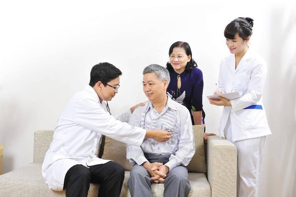 Khám bệnh tại nhà là dịch vụ phù hợp cho người lớn tuổi.
