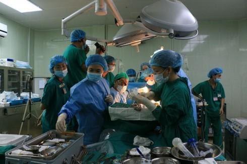 Đội ngũ bác sĩ Bệnh viện Chợ Rẫy thực hiện ca mổ cấp cứu.