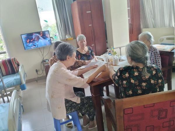 Các cụ bà sinh hoạt tại OriHome.