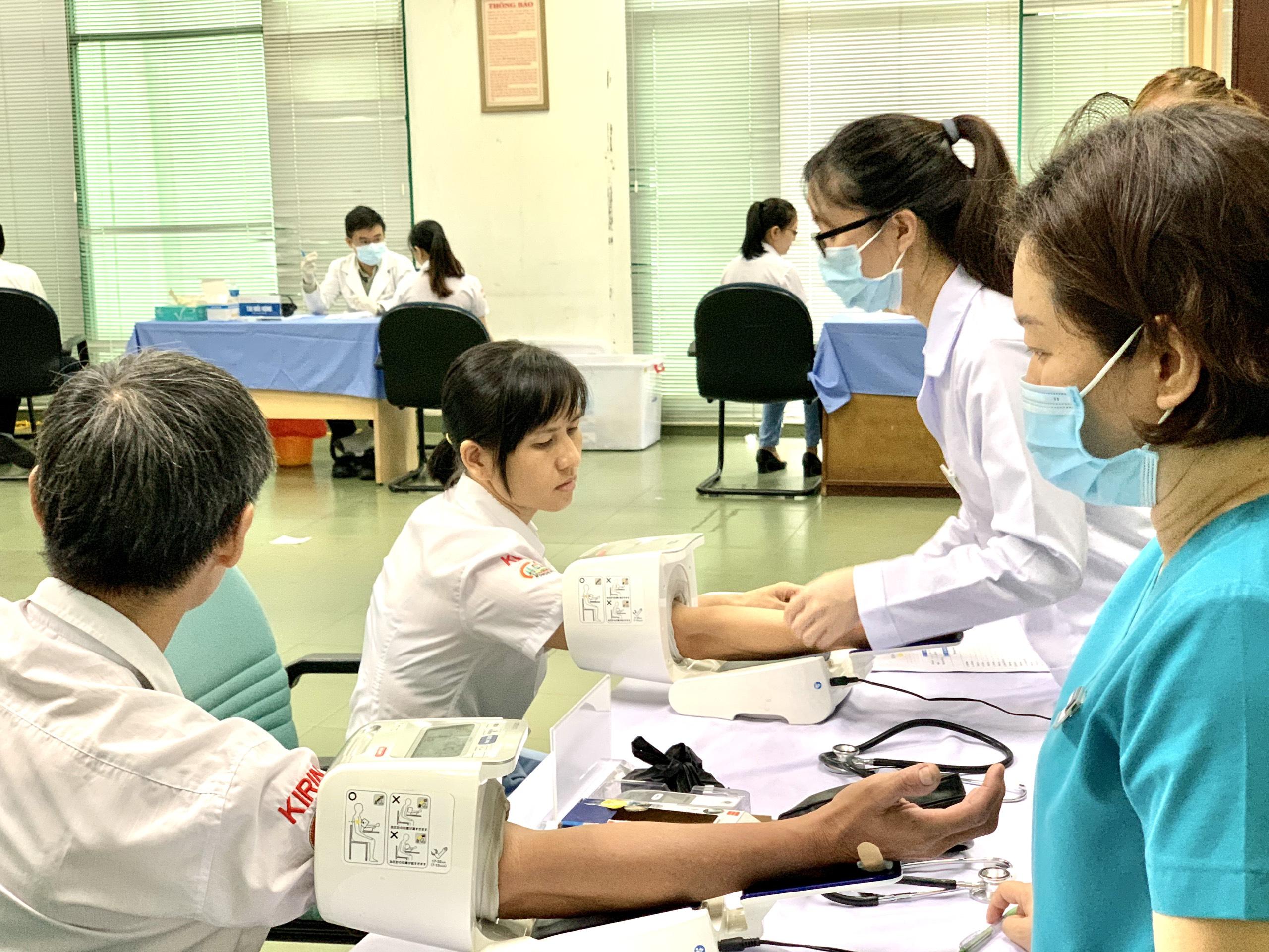 Liên hệ ngay cơ sở y tế tiêm chủng khi có dấu hiệu của tác dụng phụ nguy hiểm.